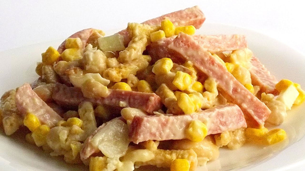 Салат с кукурузой и сухариками копченой колбасой рецепт с