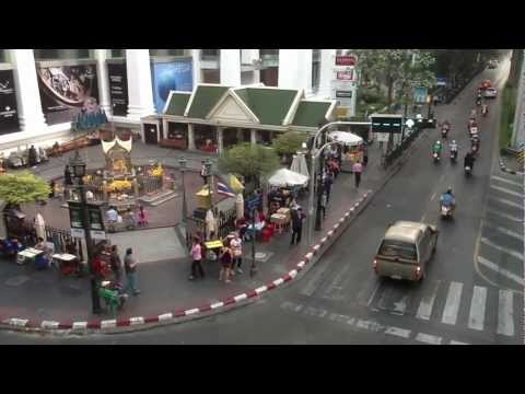 Thailand Floods – Business as usual at Bangkok's Ratchaprasong Intersection (15 Nov 2011).MOV