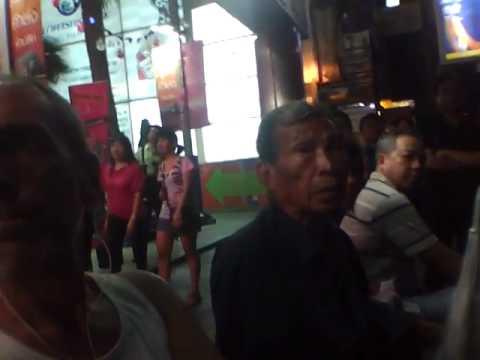 … aspettando il bus (Bangkok, gennaio 2012)