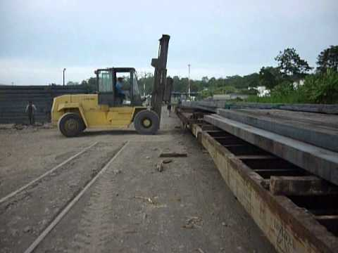 Barco tráilers y tren con lingote descarga y carga