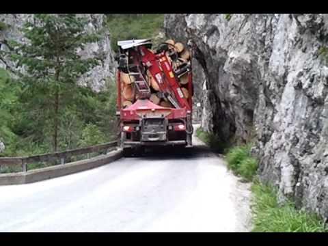 LKW fährt durchs Trögerner Klamm