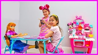 Disney Princess Anna & Hailey Kids Pretend Play Cooking with Kitchen Toy & Open Kinder Eggs Surprise