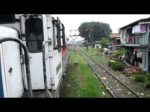 Stasiun SB Kota KA Sarangan silang KA KRD tertahan sinyal masuk Surabaya Kota