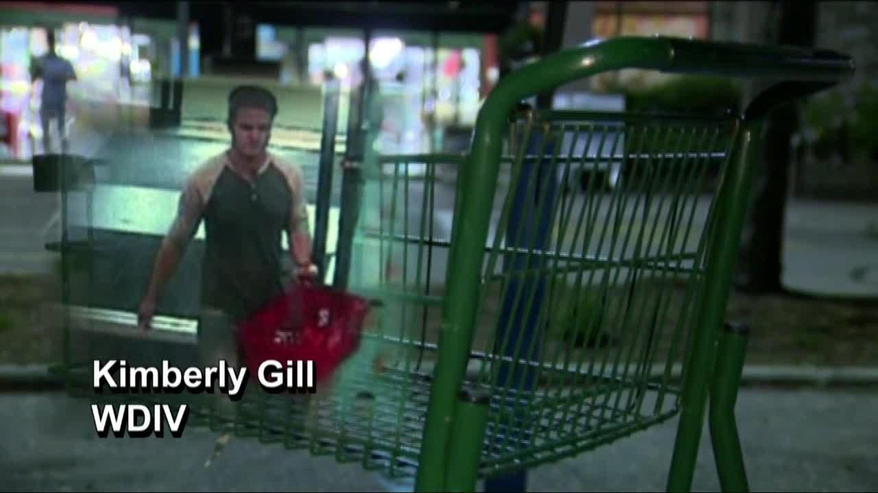 Mérget permetezett az élelmiszerekre a boltokban egy férfi - videó