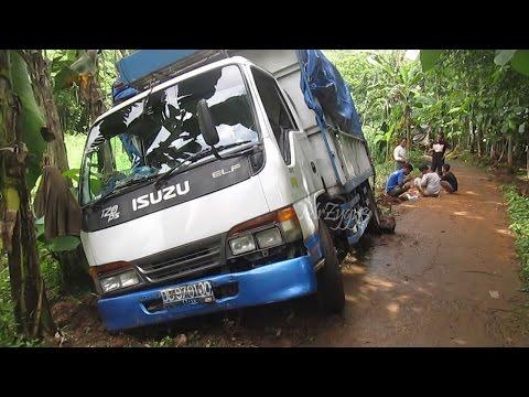 Isuzu Elf Truck Stuck In Deep Mud