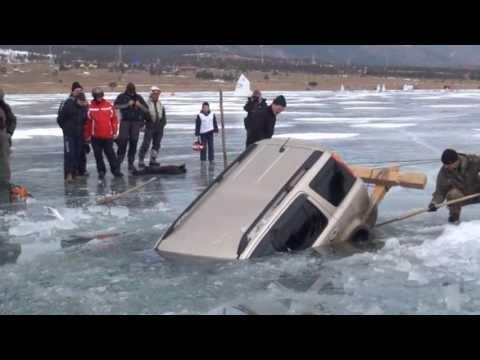 Carro atolado em baixo do gelo e da água
