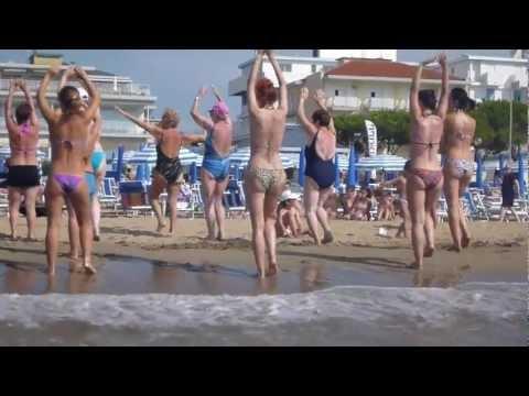 Beach bikinis dancing, Lido di Jesolo, Italia, Full HD