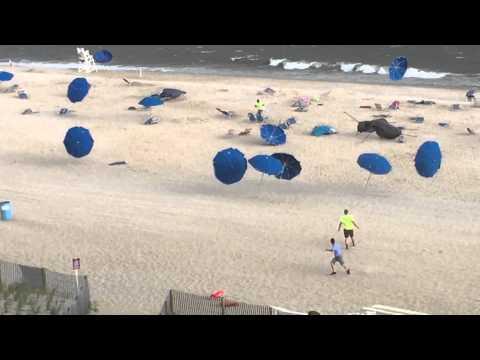 Veamos sombrillas bailando en la playa...