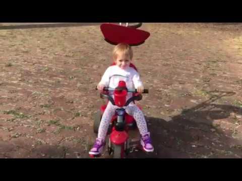 Уля катается на велосипеде 2 годика