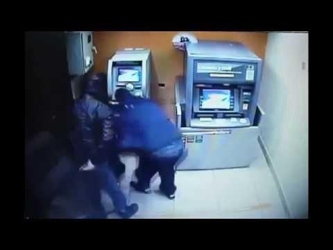 NAPAD NA BANK - Błyskawiczna kradzież z bankomatu