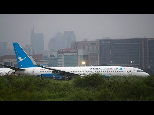 Moment when airplane overshoots runway caught on camera