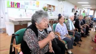 石垣島の聖紫花の杜で保育園児のお遊戯に喜ぶお年寄り