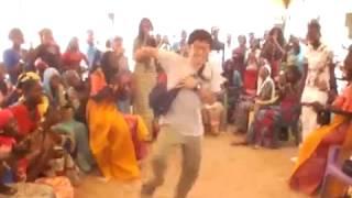 Sabar | Un japonais danse le Rass Guiss de Waly Seck