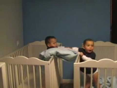 Mellizos Inseparables / Inseparable Twins.wmv