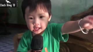 Bé tập hát Karaoke hài hước quá