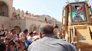 مواطن يعترض بلدوزر المحافظة.. ويصيح فى وجه المحافظ: إحنا بنينا تراثنا وانتوا جايين تهدوه