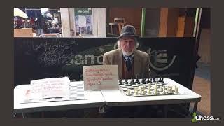 El anciano que enseña ajedrez gratis | Historia viral