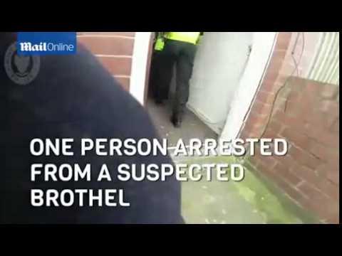 Police breaking through the doors of suspected criminals [NEWS FLASH]