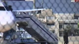 بالفيديو.. موقف يظهر شجاعة إحدى مضيفات الطائرة المصرية المختطفة
