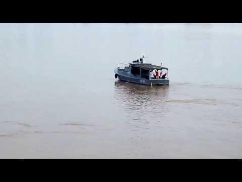 ตร. น้ำธาตุพนม ลงพิสูจน์ว่าพญานาคหรือทุ่นเรือ