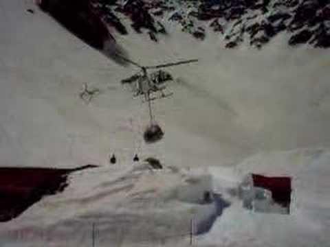 涸沢ヒュッテに飛来するヘリコプター