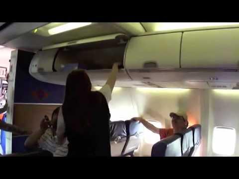 Забавный розыгрыш стюардессы в самолете