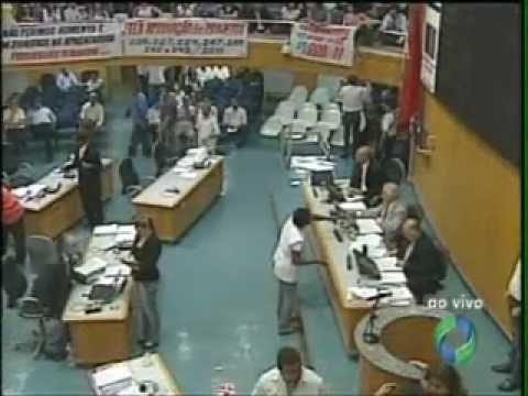 Servidores lotam as galerias da Câmara Municipal de Londrina