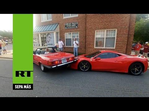 Monta su carro en un Ferrari al estacionar