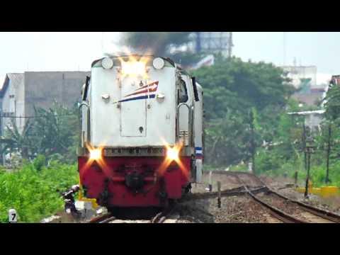 Lokomotif terbalik (Longhood Locomotive) CC2039812 dinas KA KRD Bojonegoro dengan Semboyan 35 merdu