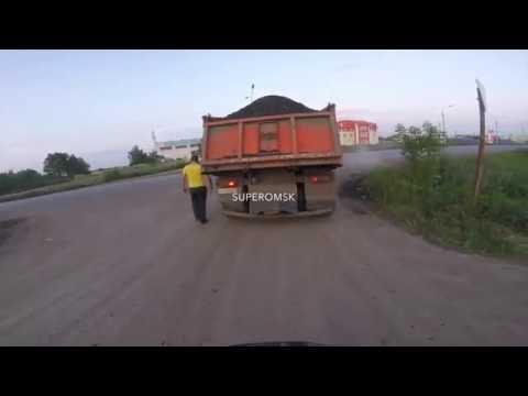 В Омске журналист на велосипеде преследовал самосвал с гранулятом