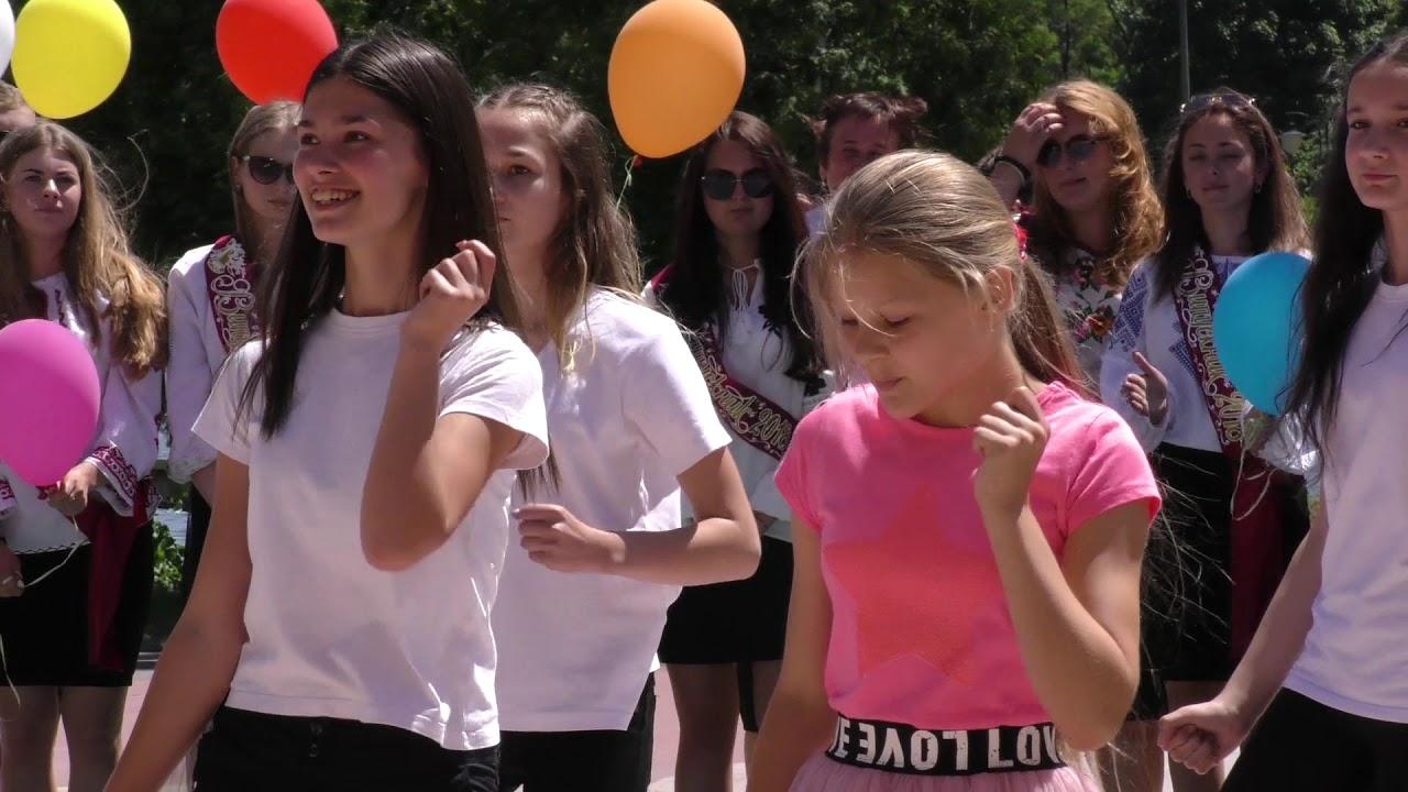 Як випускники Калуського району прощалися з дитинством у парку