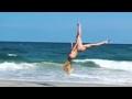 【ポロリ‥ポロリ‥!】水着の美女が砂浜でアクロバット�