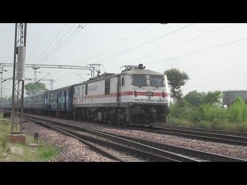 High Speed Crossing Between Wap-7 !! 12280 Taj Express Crosses 14211 Agra Intercity Express video