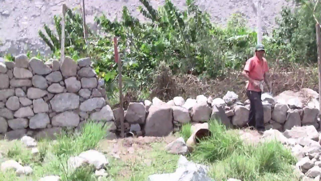Muro de piedras y barro en santa eulalia youtube for Camino de piedra jardin