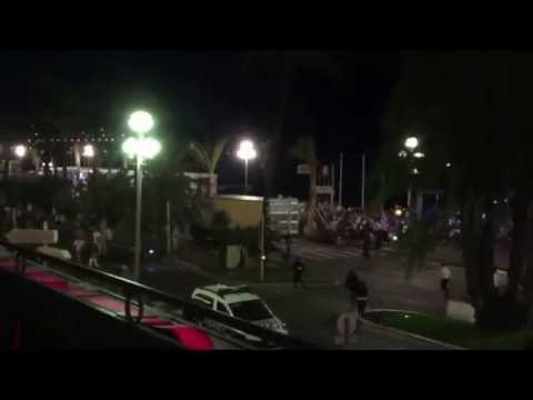 Терракт в Ницце Мотоциклист, рискуя жизнью, пытался остановить грузовик террориста в Ницце