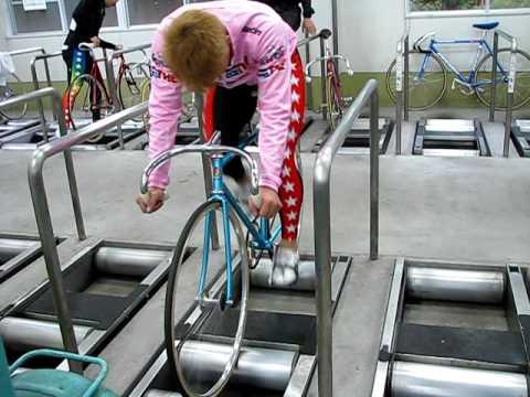 自転車の 自転車 室内 ローラー : 競輪選手 ローラー練習台 逆 ...