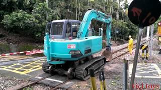 Máy xúc chạy trên đường gay xe lửa - Bé Xem Máy Xúc,Máy Ủi