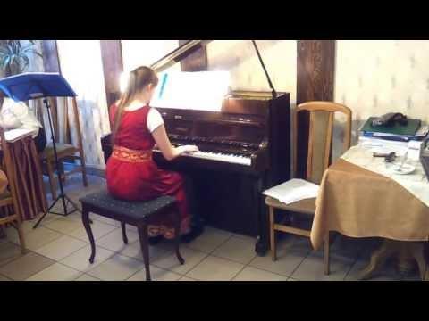 Nasz Koleżanka Ada Renk Gra Na Pianinie.