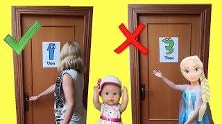 No abras la puerta incorrecta con Lola Elsa y Anna muñecas grandes y sus papás en la vida real