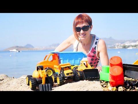 Распаковка машинок на пляже с Машей Капуки. Видео для малышей.