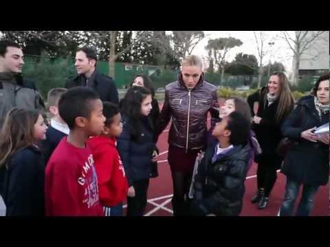Annalisa Minetti con i bambini di Sport Senza Frontiere Onlus
