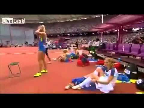 Sexy atleta olímpica Eliska Klucinova se cambió la ropa interior frente a las cámaras