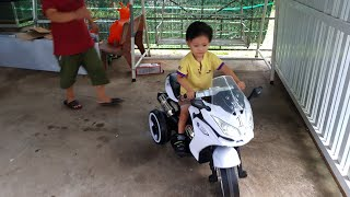 Tin có xe mô tô điện mới - Trò chơi bé tập lái motor   Kids Toy Media