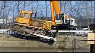 Трактор и кран.  Авария.  Кран упал в пропасть. Tractor and crane. Crane fell into the abyss.