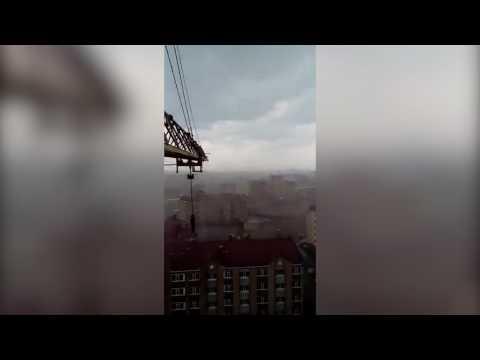 Появилось эмоциональное видео из строительного крана во время шторма в Актобе