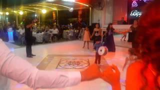 Kücük davulcu Furkan Efe düğünde damat halayına eşlik ediyor.Davul show   drum show  solo
