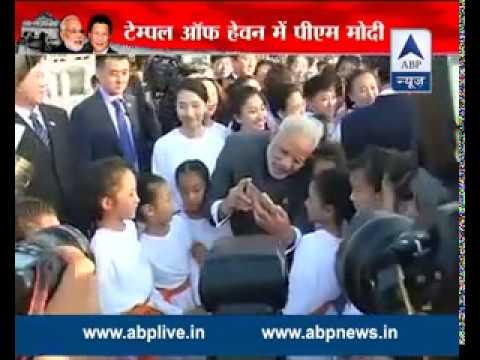 PM Modi clicks a selfie with Chinese PM Li Keqiang