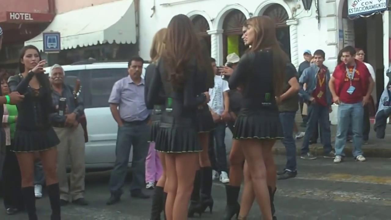 3 hermosas chicas bailando cachondamente en la cocina - 2 10