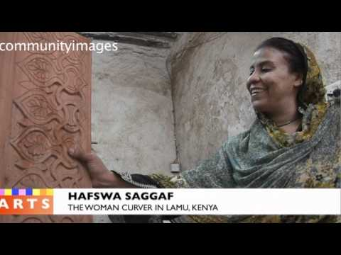 WOMAN CURVER IN LAMU KENYA