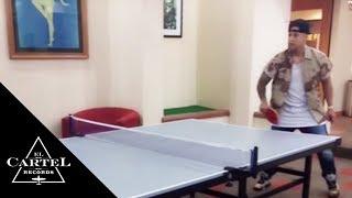 Daddy Yankee jugando Ping Pong
